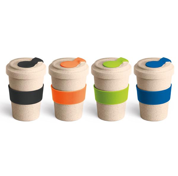 Copo para viagem em fibra de bambu e PP. Com banda de silicone e tampa. Capacidade: 500 ml. Peças com detalhes nas cores preto