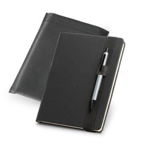 Bloco de anotações capa dura em sintético. Com porta esferográfica e 140 folhas não pautadas cor marfim. Fornecido em embalagem de non-woven. Esferográfica não inclusa. Peça na cor preto.