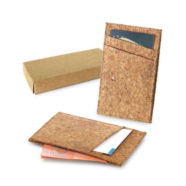 Porta cartões em cortiça. Com capacidade para 4 cartões e compartimento para notas. Fornecido em caixa kraft. Peça na cor natural.