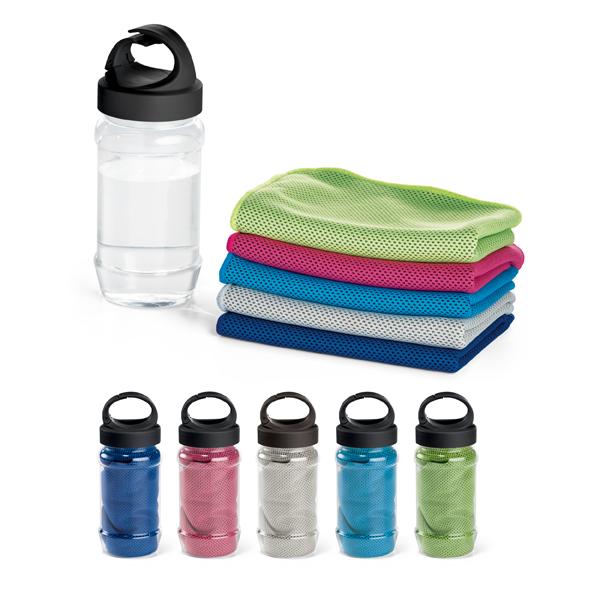 Squeeze plástico com toalha para esporte. Toalha: poliamida e poliéster. Garrafa: PP e PET. Toalha refrescante
