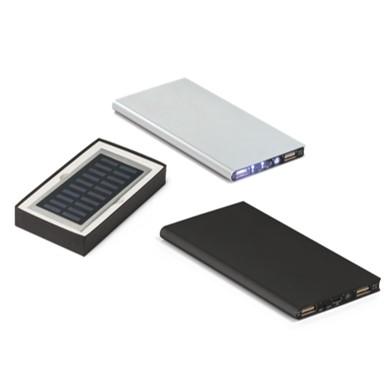 Bateria portátil solar de alumínio. Acabamento emborrachado. Com painel solar e LED. Bateria de lítio. Capacidade: 8.000 mAh. Tempo de vida ≥ 500 ciclos. Com entrada 5V/1A
